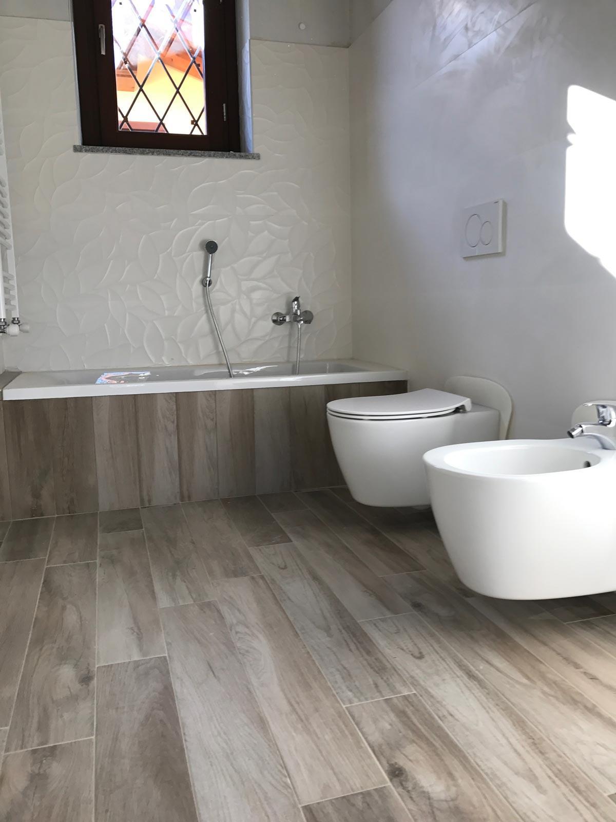 Ba o en gres efecto madera y gres blanco 3d marazzi for Bano blanco y madera