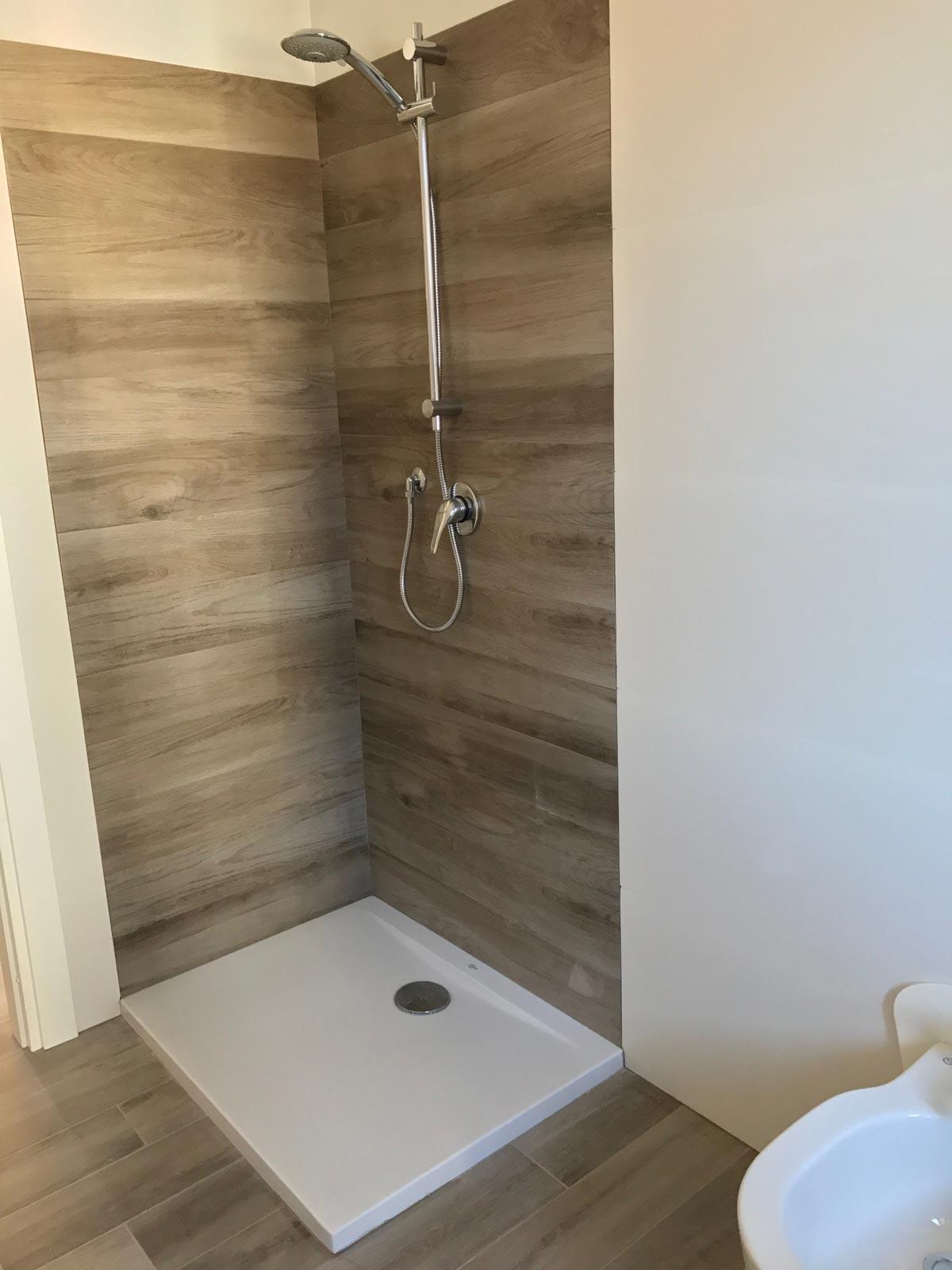 Ba o en gres efecto madera y gres blanco 3d marazzi - Rivestimento bagno finto legno ...